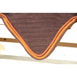 Bonnet marron contour et cordelière orange